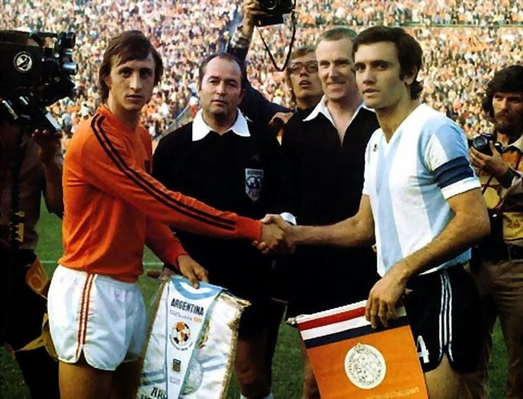O eterno camisa 14 comandou a Holanda no 4×0 sobre a Argentina na segunda  fase do Mundial 1974 na Alemanha. Na foto a90690e648a22