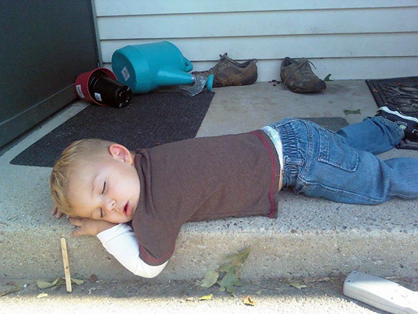 15+ Hilarious Pics That Prove Kids Can Sleep Anywhere - Napping On The Doorstep