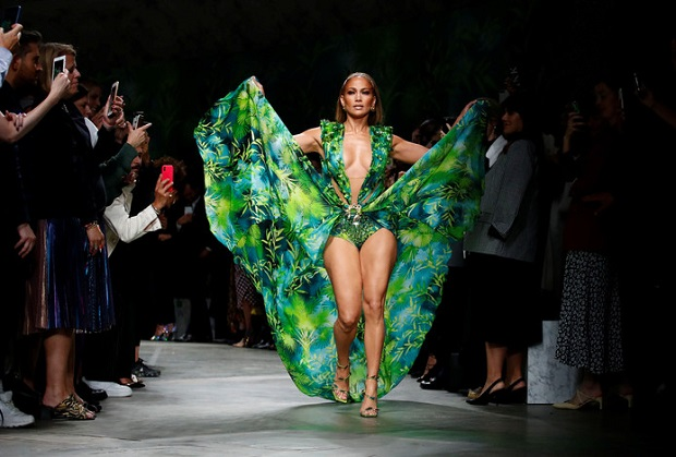 Jennifer Lopez fait sensation au défilé Versace dans la robe qu'elle portait il y a 19 ans