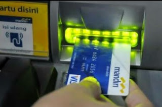 Cara Benar Memasukan Kartu ATM Mandiri di Mesin ATM