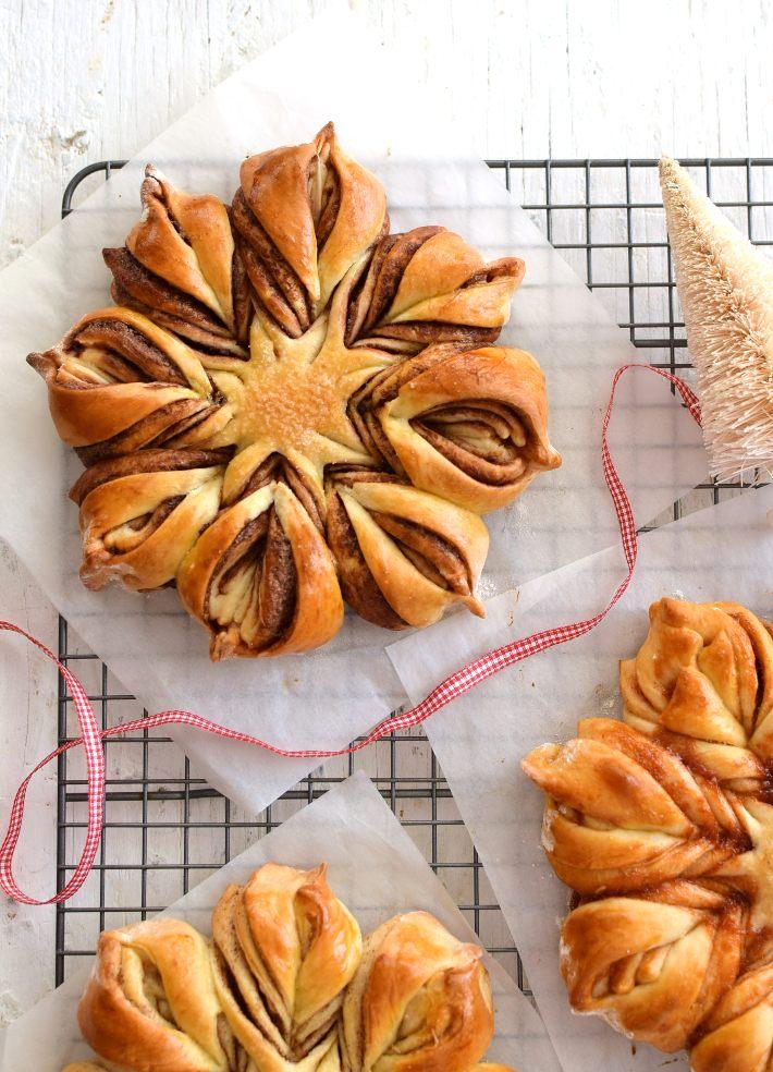 Estrella de pan dulce con relleno de nutella, puesta sobre una rejilla