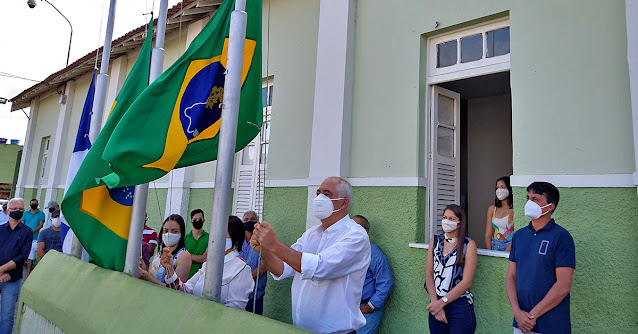 Prefeito de Bom Jardim João Lira hasteando bandeira do município de Bom Jardim PE