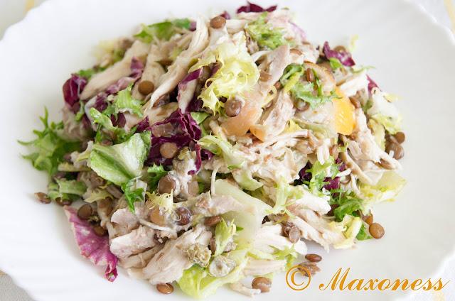 Салат с курицей и чечевицей с заправкой из каперсов