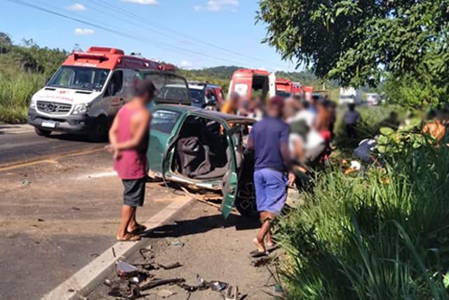 Oito pessoas em um carro ficam feridas em acidente na BR-330, em Jitaúna