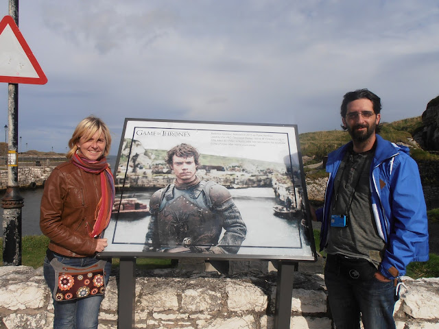 Placa dedicada a Theon Greyjoy en Ballintoy