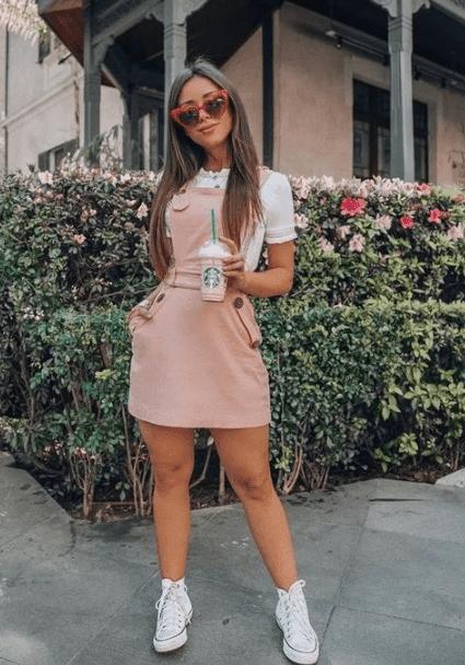 outfit con overol y tenis blancos