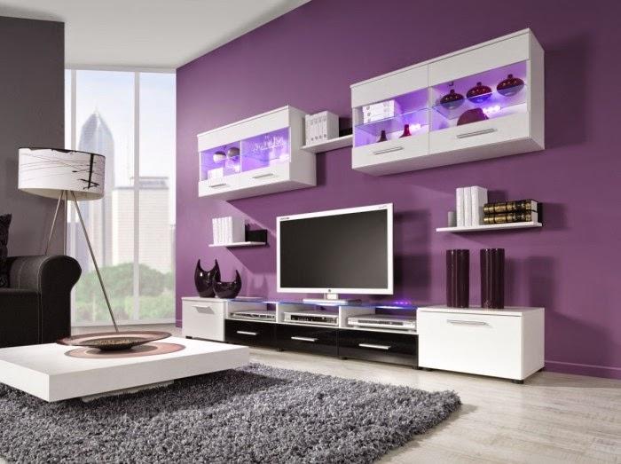 Sala decorada en morado combinado con blanco que le da mucho
