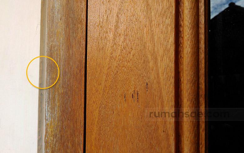 Fungsi Tali Air, Cekungan Keci di Sepanjang Kusen dan di Atas Plint Lantai
