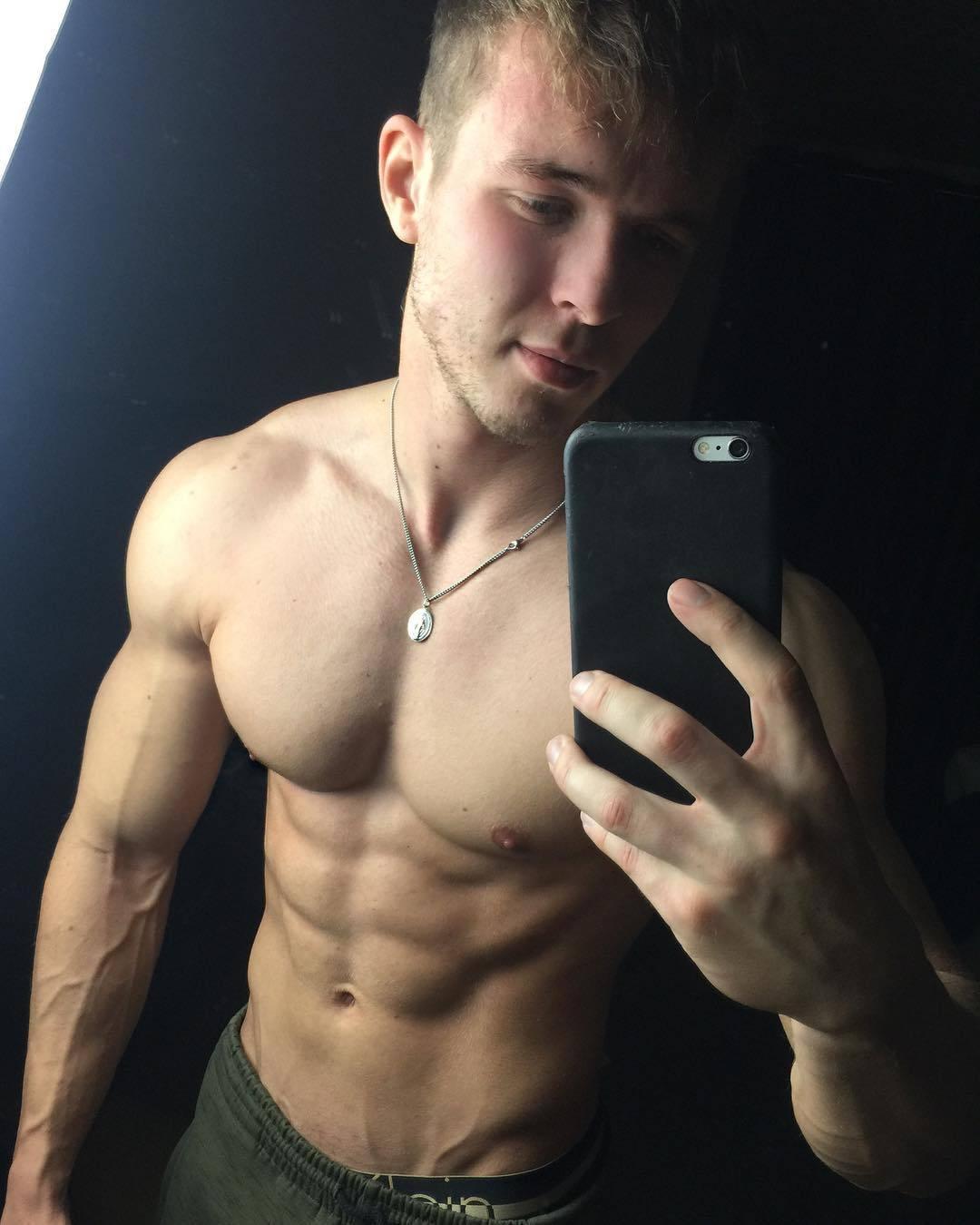 strong-cocky-bros-joe-dahler-shirtless-muscular-selfie