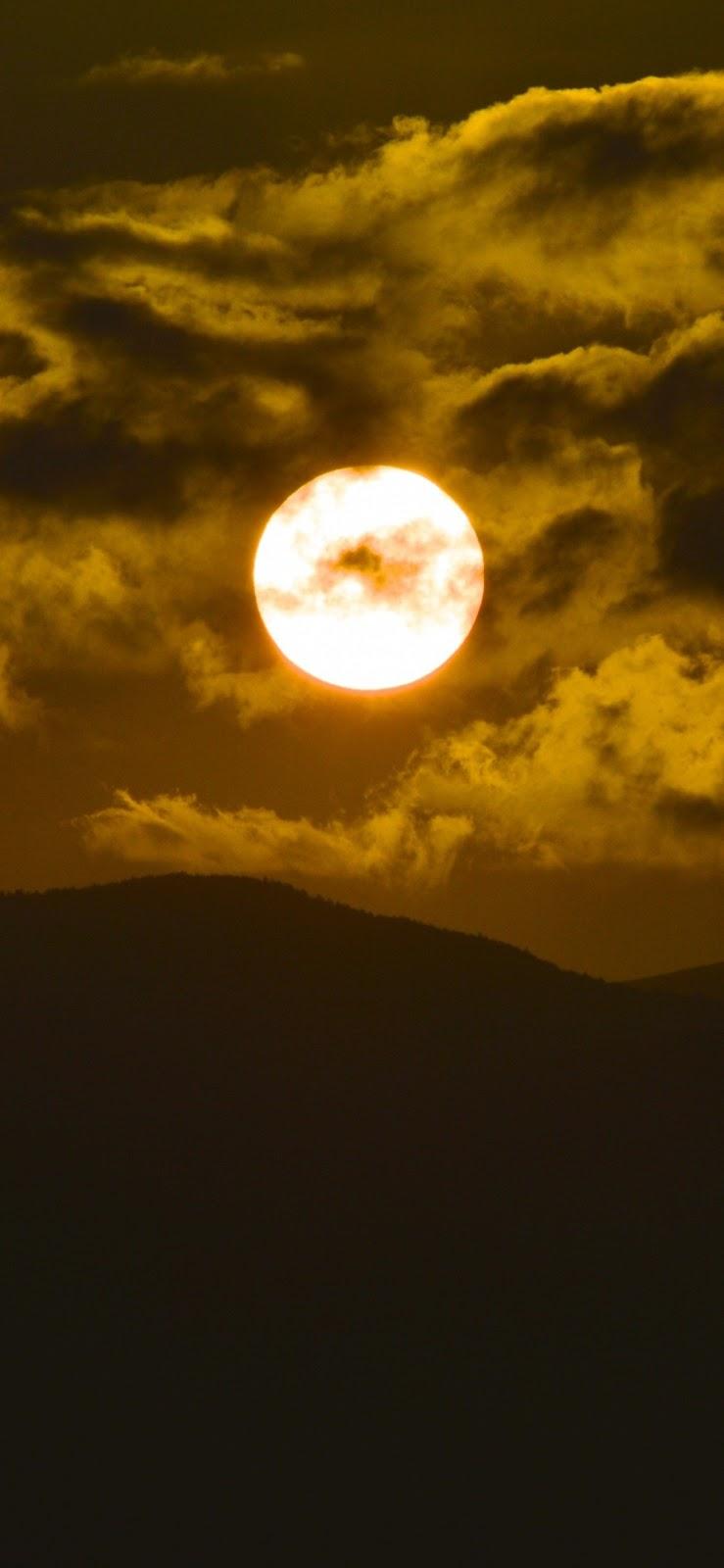 Mặt trời lặn giữa màn đêm