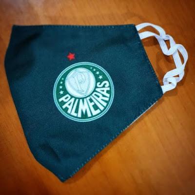 Máscara com o escudo do Palmeiras: dupla proteção.