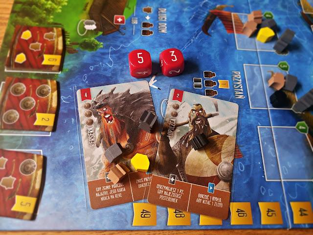 XI wiek to złota era Wikingów. Zdobyli ponad 80% kraju Anglosasów, tworząc tam własne państwo. Nikt nie mógł oprzeć się ich brutalności i taktyce, która mimo swojej prostoty, była niezwykle skuteczna. Teraz Wikingowie zamierzają podbić planszówkowy świat - Wojownicy z Midgardu, Uczta Odyna, a jeszcze wcześniej Najeźdźcy z Północy. Małe, dość niepozorne pudełko skrywa naprawdę wiele dobrego. Jednak, czy sama gra jest tak dobra? Zapraszam na recenzję!  Za co zapłacisz?  Unboxing gry możecie znaleźć tutaj [KLIK], ale muszę się powtórzyć w kliku kwestiach. Pudełko jest mniejsze niż te standardowe, jednak mieście więcej niż niejedna, duża gra planszowa. To wielki plus dla wydawcy - oszczędność miejsca, ekonomia i łatwość w transportowaniu Najeźdźców sprawia, że grę możecie zabrać dosłownie wszędzie. Całość wykonania również stoi na wysokim poziomie - ilustracje są świetne, narzucają pewien, komiksowy klimat. Karty oraz plansza są czytelne i dobrze wydrukowane. Grę dostaniecie już w okolicach 95-110 złotych - uważam, że to naprawdę uczciwa cena.    Grabić i plądrować!  Zasady Najeźdźców z Północy są proste do tego stopnia, że nawet planszówkowi laicy w mig załapią o co w nich chodzi. Główna zasada rządząca grą: swoją turę zaczynasz z jednym pionkiem robotnika i kończysz z jednym pionkiem robotnika. W praktyce znaczy to tyle, że w swojej turze wykonujemy dwie akcje, gdy kładziemy pionka na planszy i gdy zdejmujemy innego. Mapa została podzielona na dwa obszary, wioskę oraz krainy do splądrowania. W swojej turze gracz może wysłać swojego pracownika do wioski, gdzie do zdobycia są zapasy potrzebne do dalekich wypraw, srebrniki, nowe karty, złoto. W wiosce możemy również składać ofiary dla jarla czy podnosić swoją wartość ataku. Obszary do splądrowania zostały podzielone według stopnia trudności - te na dalekiej północy wymagają 5 kart drużyny, sporo zapasów i dużo siły ataku. Gracze w ciągu gry będą zdobywać coraz więcej kart, zapasów, złota i zasobów, dzięki czemu będą mogl
