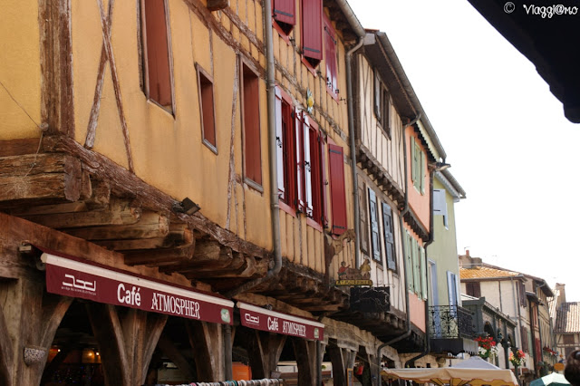 Gli splendidi edifici a colombage nel centro di Mirepoix