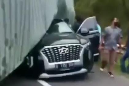 Mobil Hyundai Terjepit Kontainer Kecelakaan di Tol Cipularang, Ternyata Direktur Indomaret