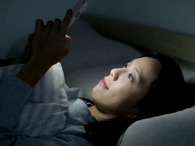 خطر استخدام الهاتف النقال قبل النوم! مع نصيحة ذهبية من الدكتور المختص دانييل سيجر