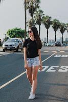 Mulher vestindo short jeans e t-shirt preta