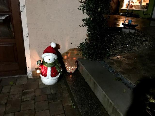 Lichter weisen den Gästen den Weg