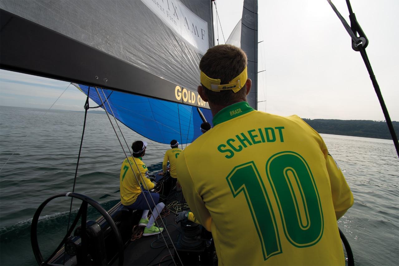Robert Scheidt, de costas, com a camisa da seleção, com 10 nas costas