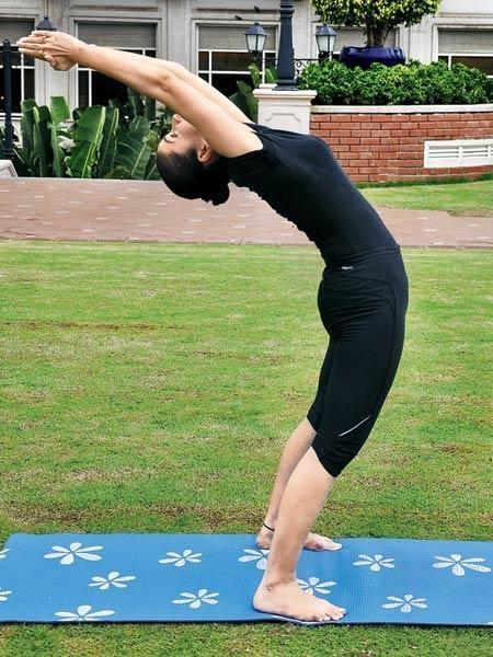 हस्तउत्तनासन (Hasta Uttanasana - Raised Arms Pose) Surya Namaskar (Yoga)