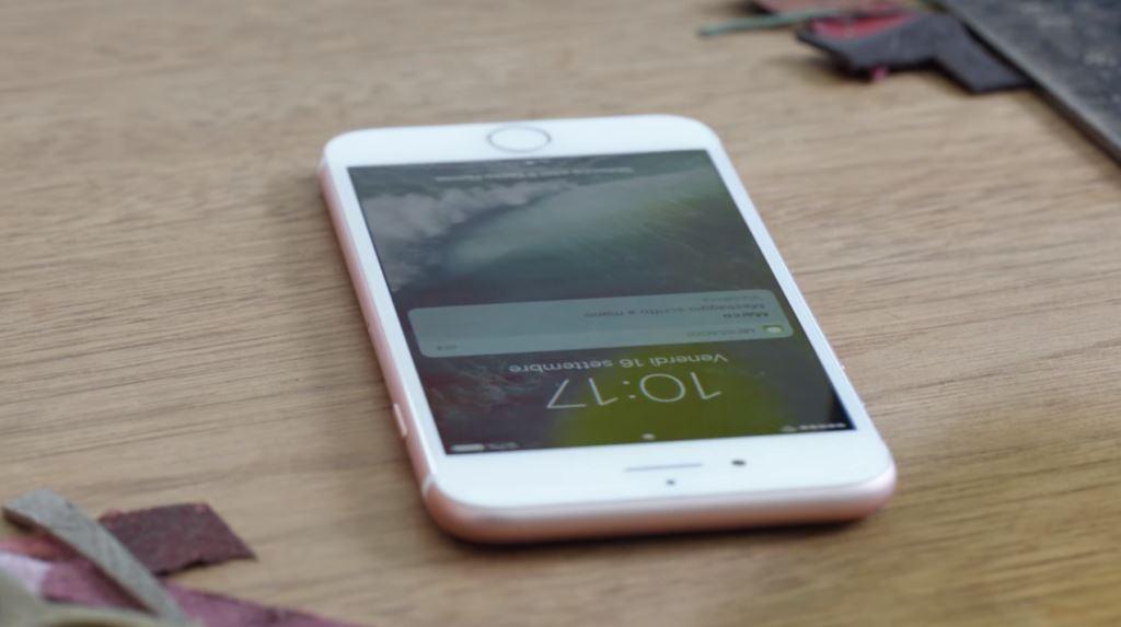 Modella Apple iPhone 7 nella pubblicità con palloncini che volano tra mari e monti
