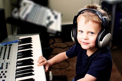 Có nên ép bé học chơi đàn