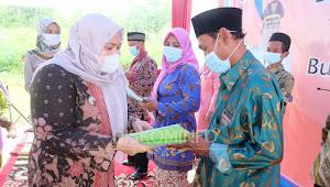 Bupati Masnah Serahkan Sertifikat Secara Simbolis Kepada Masyarakat di Desa Tanjung Lanjut