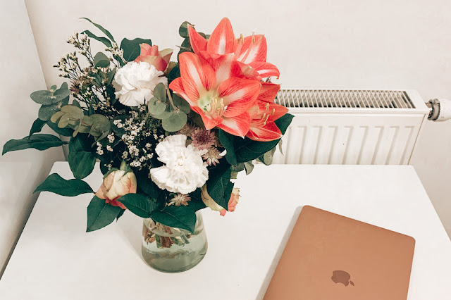 Bouquet de fleurs et macbook air 2020 or.