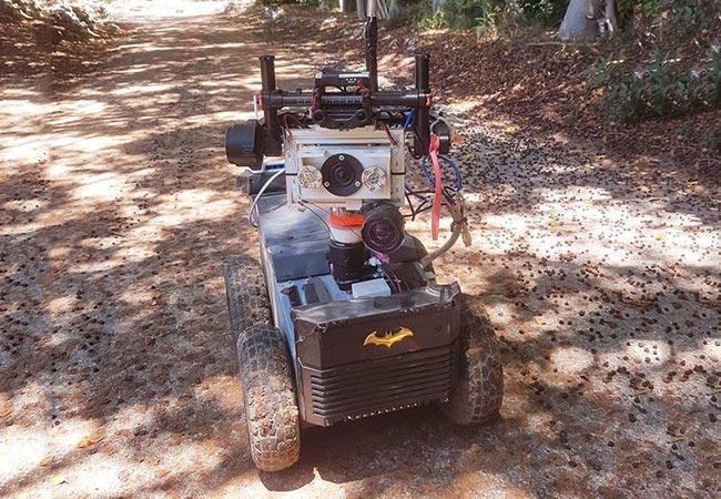 Penelitian A Fully Autonomous Terrestrial Bat-like Acoustic Robot