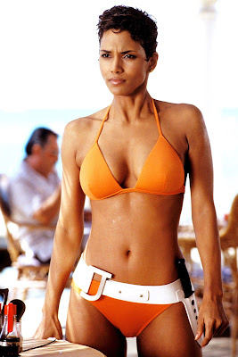 Halle Berry pakai Bikini di Film James Bond