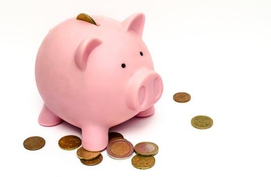可愛いピンクのブタの貯金箱とコイン