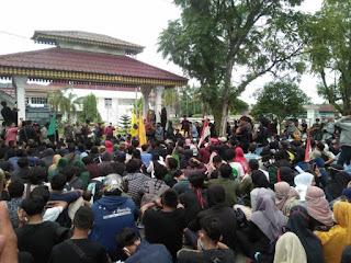 Demo Tolak UU Cipta Karya di DPRD Labuhanbatu Ricuh, Polisi Dilempari Batu