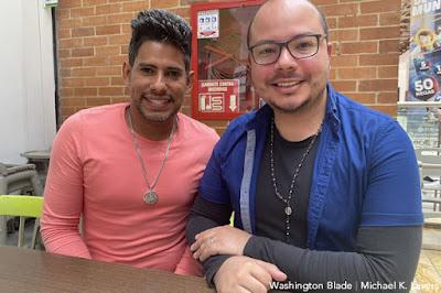 De izquierda a derecha: Dannys Torres y su pareja, Edgar García , en un centro comercial en Bogotá, Colombia, el 21 de septiembre de 2021 (foto de Washington Blade por Michael K. Lavers)