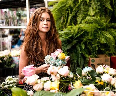 Eliza aprenderá a vender flores nas ruas — Foto: Globo/Renato Rocha Miranda