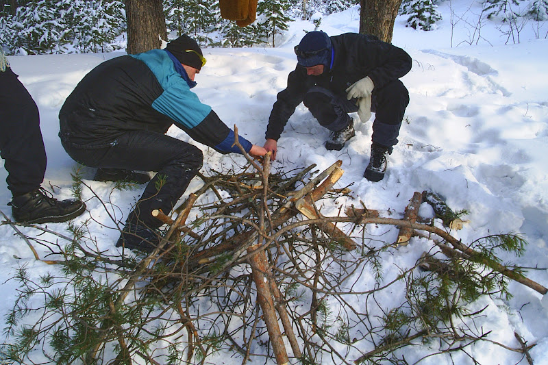 Виталий и Слава разжигают костёр