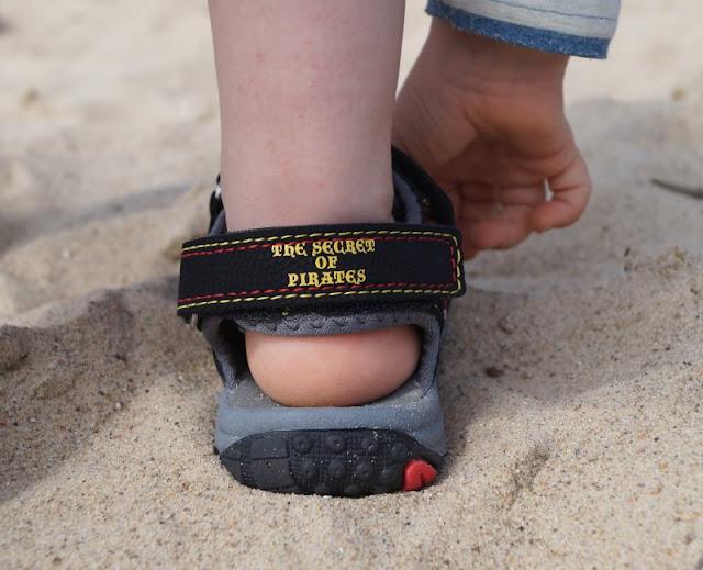 Mit tollen Kinderschuhen am Strand unterwegs (+ Verlosung)! Hier: Sandalen mit Klettverschlüssen und coolen Piraten-Motiven