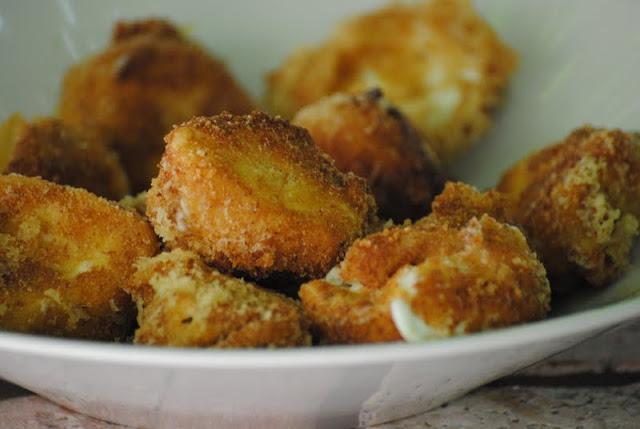 Bocconcini di mozzarella (di bufala) fritti.