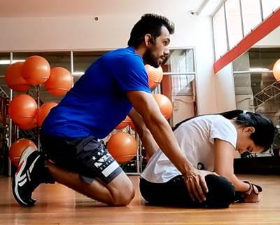 Ejercicio para estirar los músculos aductores