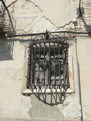 ventana enrejada en edificio abandonado