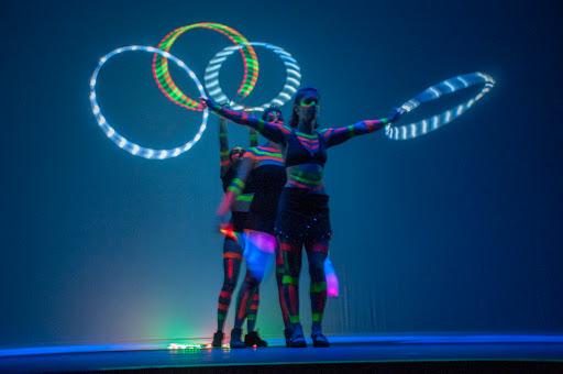 Show neon fluorescente com malabaristas de luzes na convenção Part Club em SP.