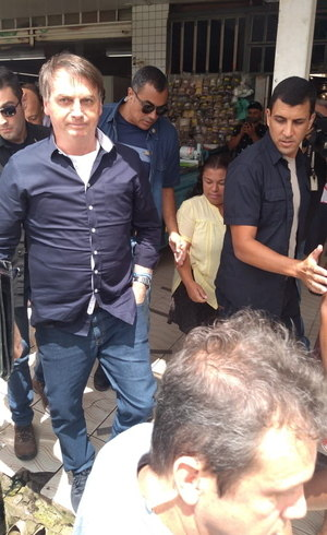 É preciso 'enfrentar vírus como homem e não como moleque', diz Bolsonaro.