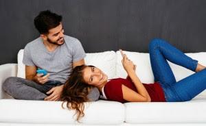 زوجك متردد في العلاقة الحميمة فهل تبادرين؟