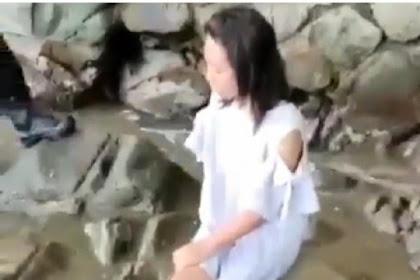 Wanita muda berbaju putih sudah 2 kali termenung di pantai Trenggalek