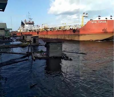Kapal Tanker tabrak WC apung warga sampit