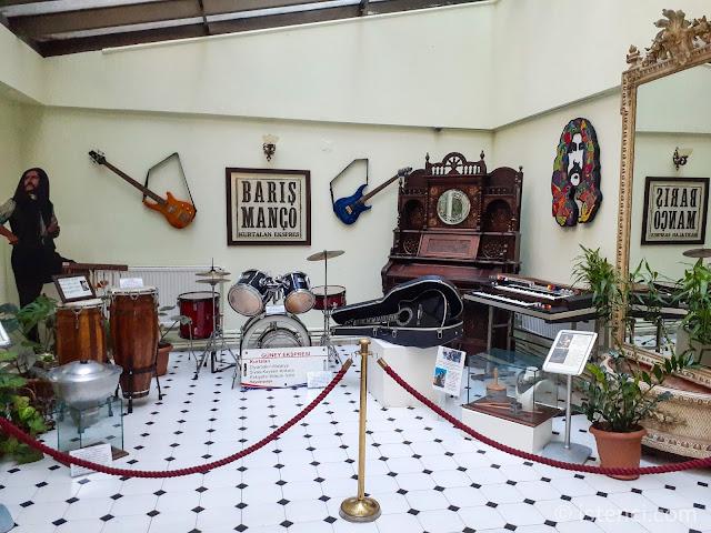 Barış Manço 81300 Müzesi: Kışlık Bahçe girişinde bulunan Kurtalan Ekspres grubu üyelerinin enstrümanları...