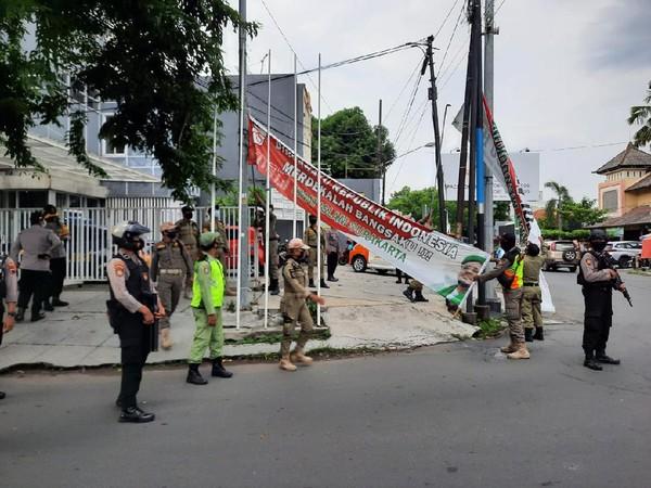 Spanduk Habib Rizieq di Solo Diturunkan Petugas Gabungan