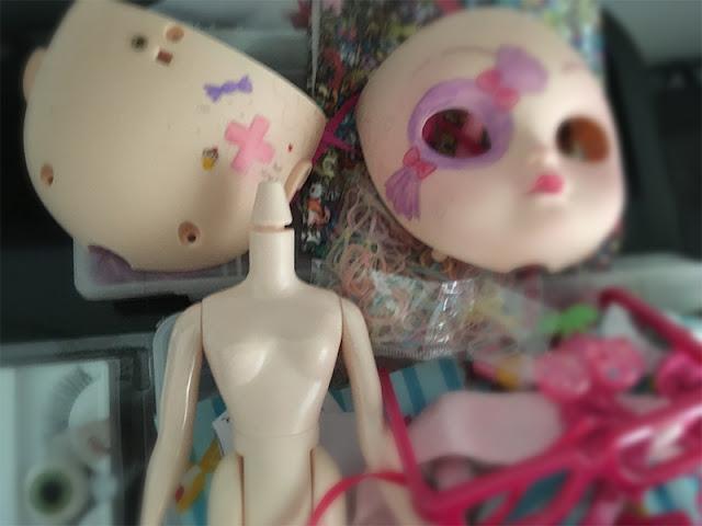 boneca em processo de customização, foco no encaixe do pescoço
