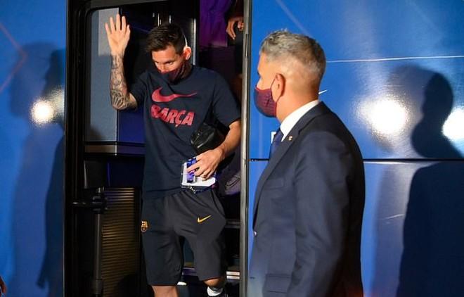 """Tin HOT bóng đá sáng 16/8: Messi và các đồng đội nhận """"mưa gạch đá"""""""