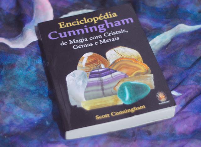 Resenha: Enciclopédia Cunningham de Magia com Cristais, Gemas e Metais