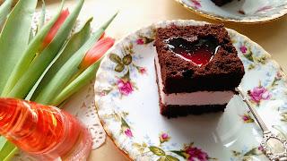 http://mamadoszescianu.blogspot.com/2018/02/ciasto-kakaowe-z-wisniowym-serduszkami.html