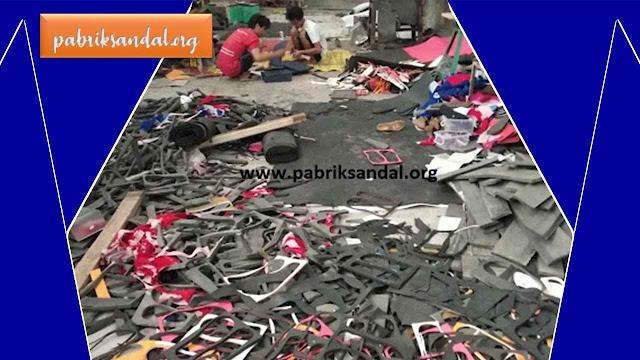 Proses Produksi Sandal Jepit dan Sandal Souvernir di Pabrik Sandal Garut